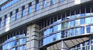 Film solaire pour teinter les vitres d'un bâtiment ou immeuble de bureaux